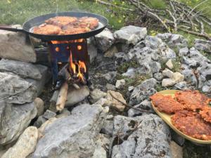 Cuisson pique nique au feu de bois
