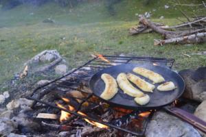 Cuisson bananes au feu de bois en bivouac