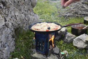 Pizza au feu de bois en bivouac